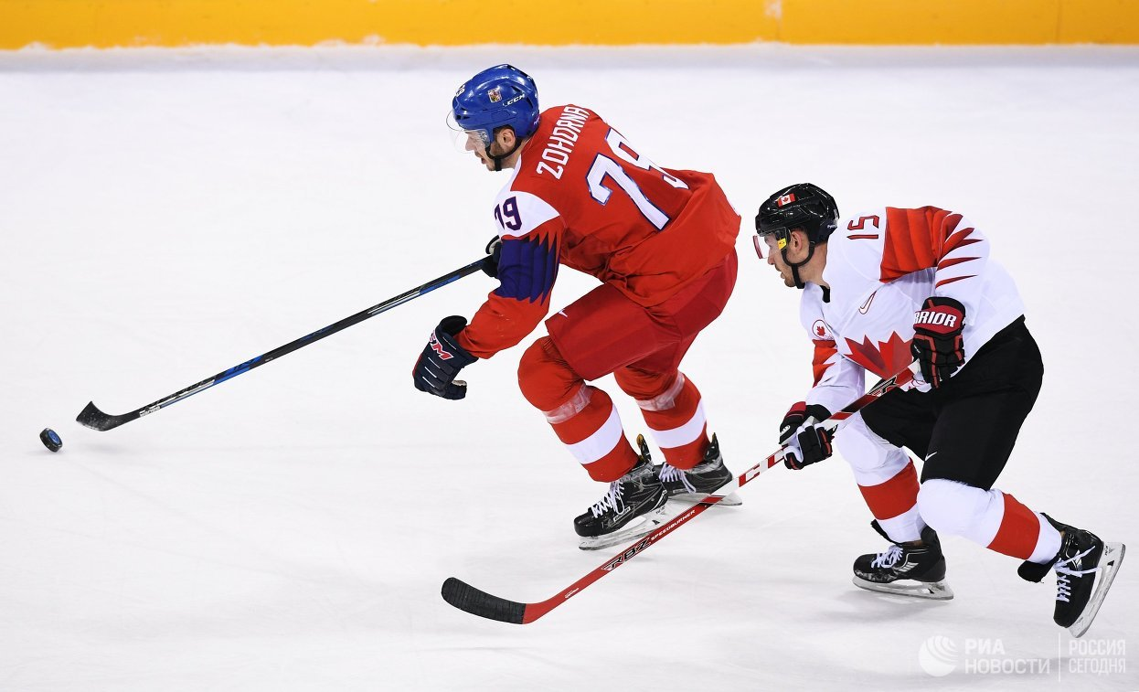 Нападающие сборной Чехии Томаш Зогорна и сборной Канады Брэндон Козун (справа)