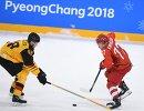 Защитник сборной Германии Франк Хёрдлер (слева) и нападающий сборной России Кирилл Капризов