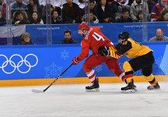 Защитник сборной России Владислав Гавриков (слева) и нападающий сборной Германии Геррит Фаузер