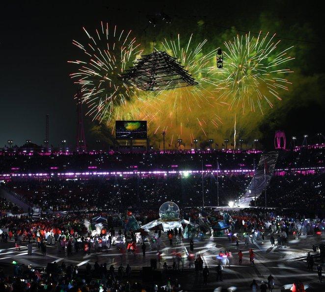 Салют над олимпийским стадионом на церемонии закрытия зимних Олимпийских игр в Пхенчхане