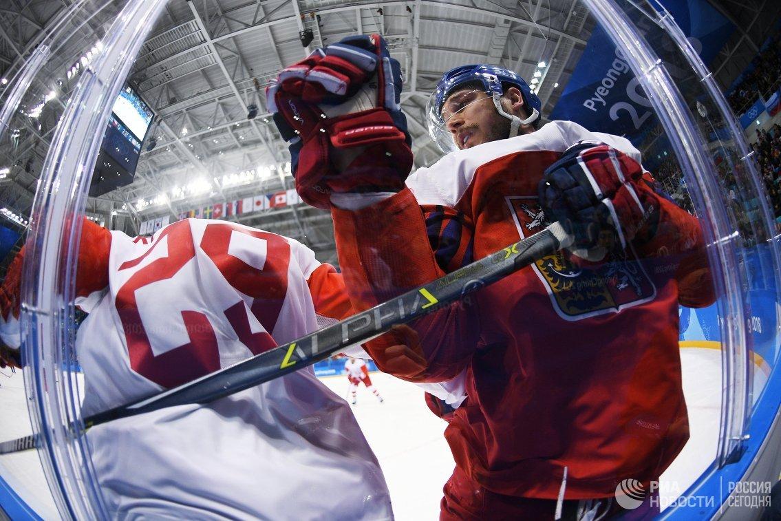 Нападающий российской команды Илья Каблуков и форвард сборной Чехии Томаш Кундратек (справа)