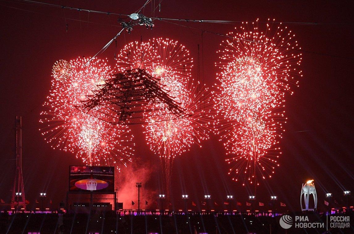 Салют над стадионом на церемонии закрытия Олимпийских игр в Пхенчхане