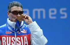 Валерий Редкозубов (Россия), завоевавший золотую медаль в суперкомбинации в классе B 1-3 (слабовидящие)