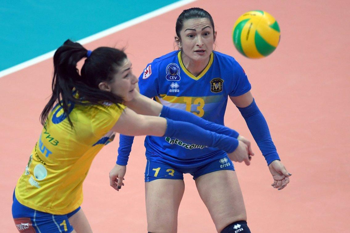 Игроки ЖВК Марица Радосвета Тенева и Ивелина Монова (слева направо)