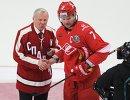 Хоккеист, тренер и спортивный комментатор Борис Майоров (слева) и защитник ХК Спартак Дмитрий Калинин