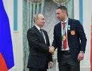 Владимир Путин вручил орден Дружбы чемпиону хоккеисту Илье Ковальчуку (справа)