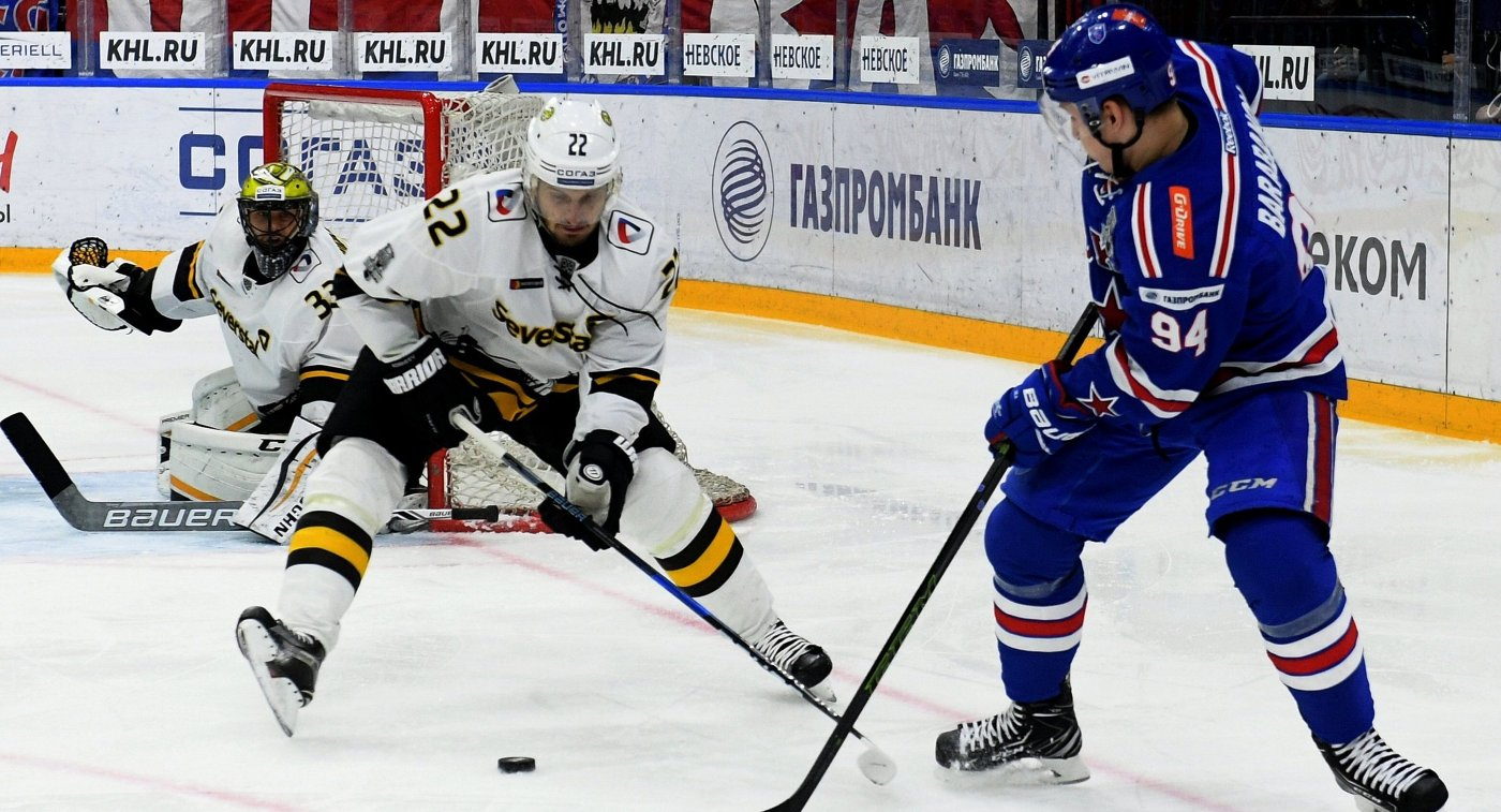 Нападающий ХК СКА Александр Барабанов, защитник ХК Северсталь Константин Корнеев и вратарь ХК Северсталь Юлиус Гудачек (справа налево)