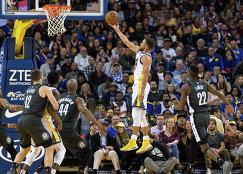 Игровой момент матча НБА Голден Стэйт - Бруклин, второй справа - Стефен Карри