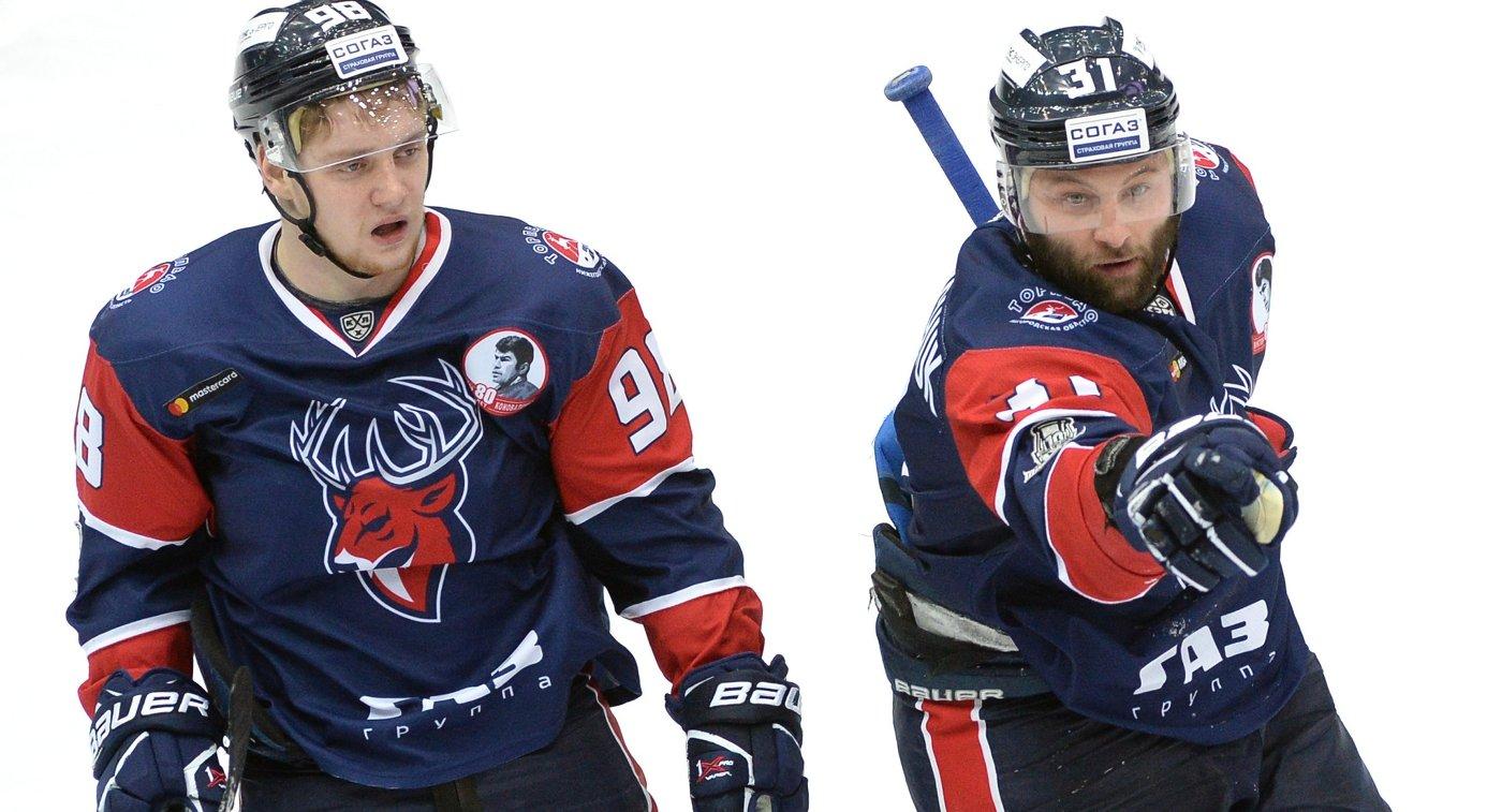 Игроки ХК Торпедо Данил Веряев (слева) и Иван Захарчук
