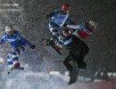Спортсмены в соревнованиях по сноуборд-кроссу на этапе Кубка мира по сноуборду в Москве