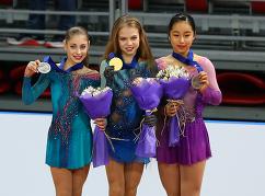Алена Косторная, Александра Трусова и Мако Ямашита (слева направо)