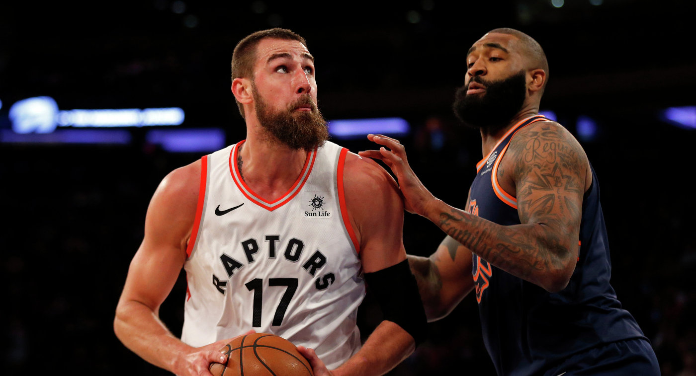 Центровой клуба НБА Торонто Рэпторс Йонас Валанчюнас (слева)