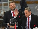 Главный тренер ХК Авангард Герман Титов, тренер Дмитрий Рябыкин (справа налево на втором плане) и хоккеисты клуба