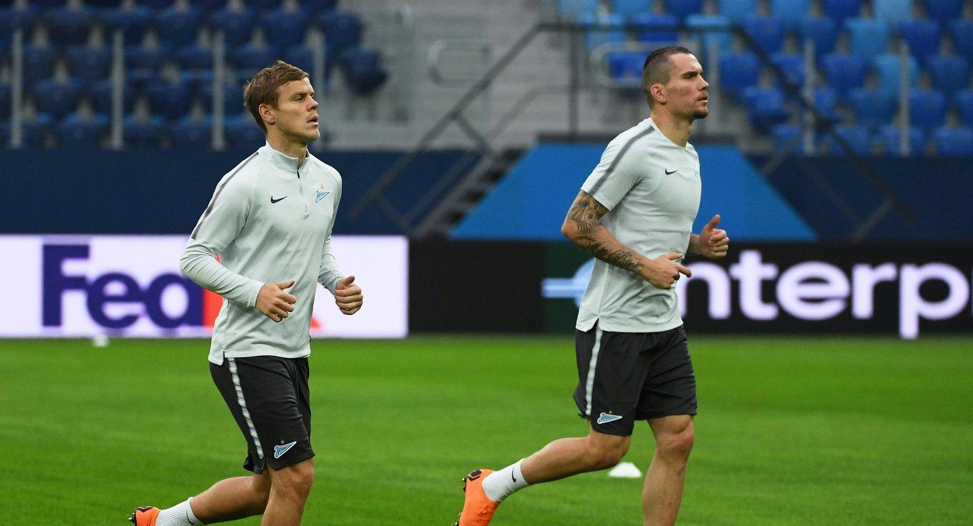 Футболисты Зенита Александр Кокорин (слева) и Антон Заболотный на тренировке