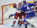 Форвард ХК Локомотив Денис Мосалёв (слева) и нападающий ХК СКА Ярно Коскиранта