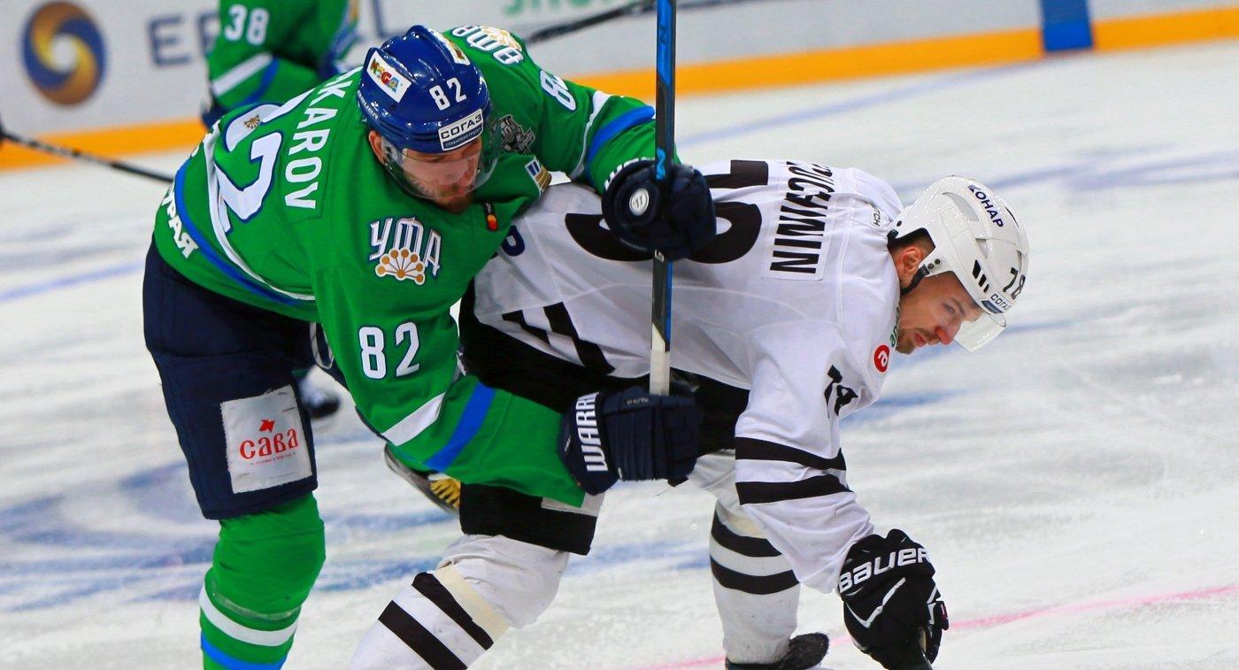 Форвард ХК Салават Юлаев Игорь Макаров (слева) и нападающий ХК Трактор Юрий Петров