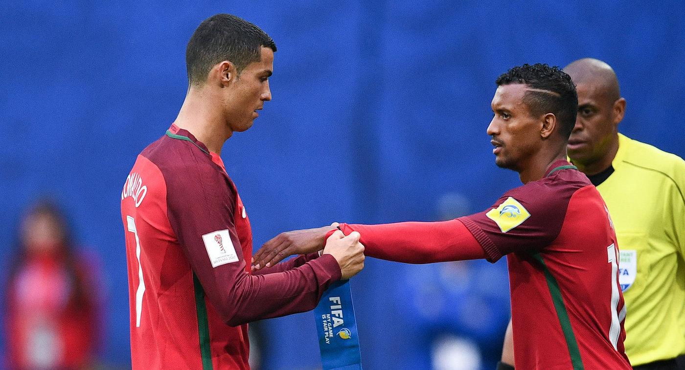 Футболисты сборной Португалии Криштиану Роналду (слева) и Нани
