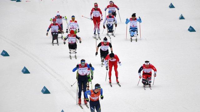 Спортсмены на дистанции смешанной эстафеты 4 х 2.5 км на соревнованиях по лыжным гонкам на XII зимних Паралимпийских игр в Пхенчхане
