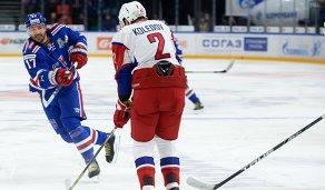 Форвард ХК СКА Илья Ковальчук (слева) и защитник ХК Локомотив Павел Коледов