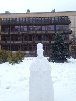 Снежная скульптура, изображающая Александра Пушкина, перед гостиницей в Репино