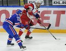 Форвард ХК СКА Павел Дацюк (слева) и нападающий ХК Локомотив Даниил Апальков