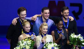 Евгения Тарасова и Владимир Морозов, Алена Савченко и Брюно Массо и Ванесса Джеймс и Морган Сипре (слева направо)