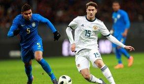 Хавбек сборной Бразилии Каземиро (слева) и полузащитник сборной России Алексей Миранчук