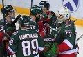 """Хоккеисты """"Ак Барса"""" благодарят вратаря своей команды Эмиля Гарипова (справа)"""