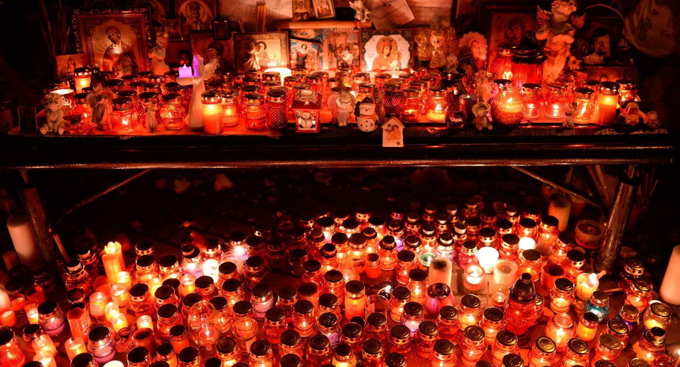 Цветы в память о погибших в ТЦ Зимняя вишня