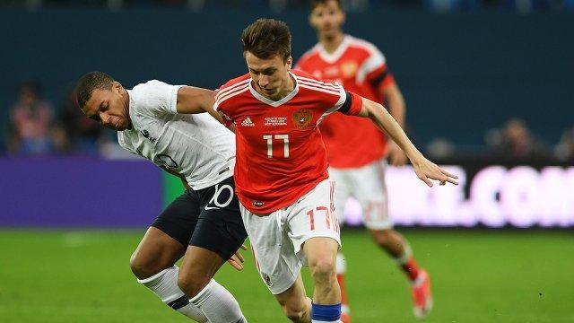 Нападающий сборной Франции по футболу Килиан Мбаппе и полузащитник сборной России Александр Головин (слева направо)