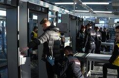 Сотрудники полиции досматривают болельщиков на входе стадиона Санкт-Петербург