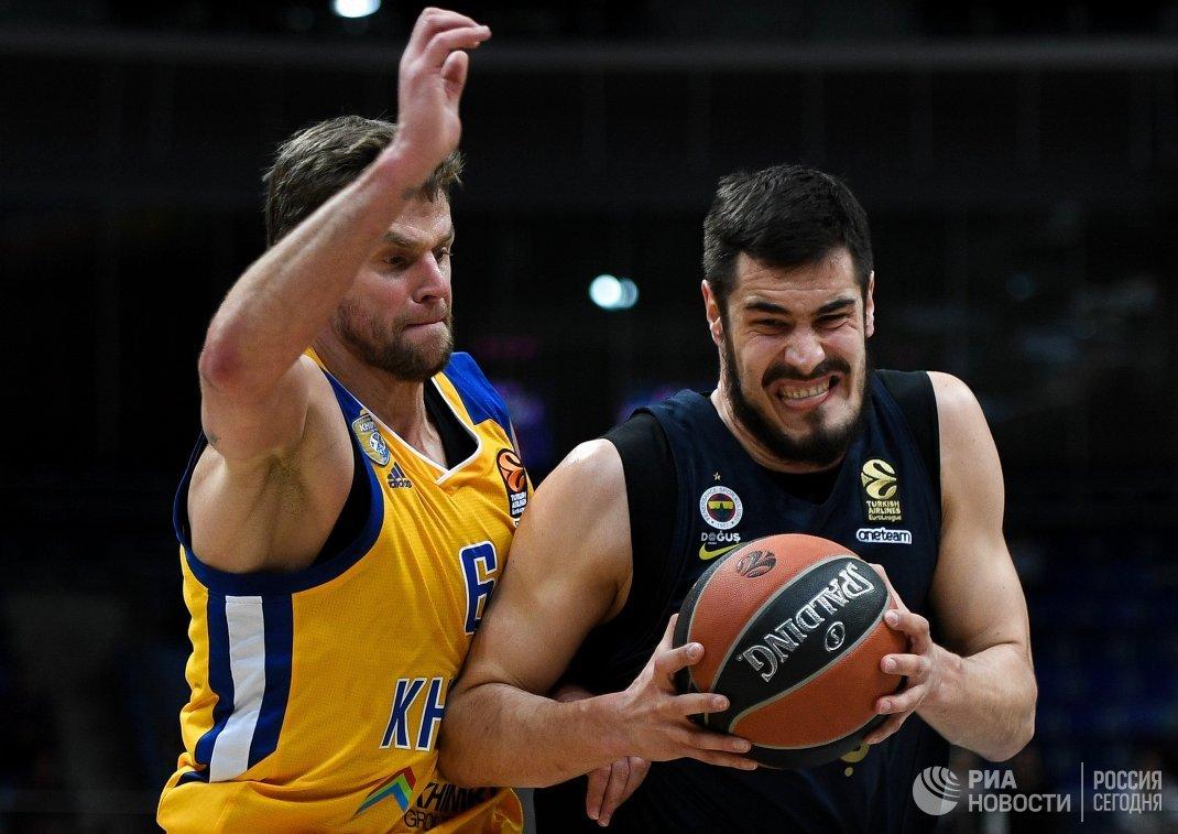 Защитник БК Химки Егор Вяльцев (слева) и форвард БК Фенербахче Никола Калинич