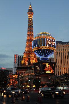 Вид на казино Bally's (слева) и отель-казино Planet Hollywood в Лас-Вегасе