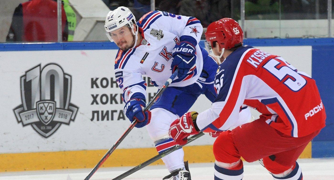 Форвард СКА Сергей Широков (слева)