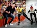 Голландский конькобежец Свен Крамер со своей восковой фигурой в Музее мадам Тюссо в Амстердаме