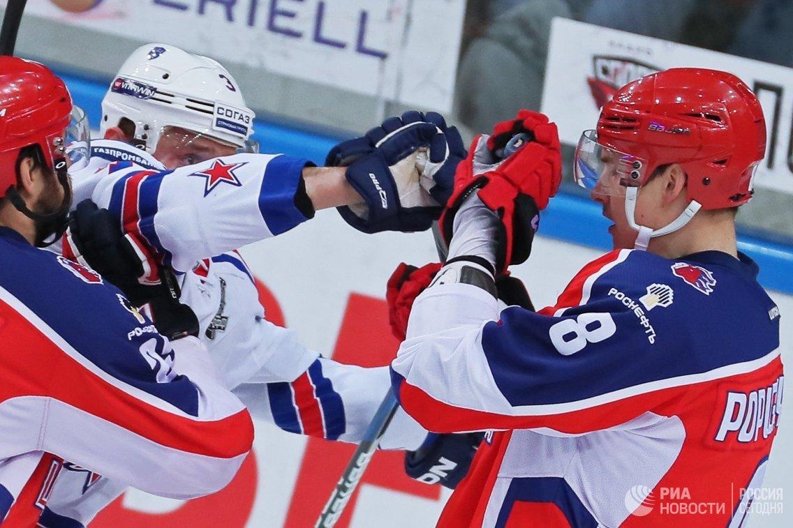 Форвард ЦСКА Никита Попугаев и защитник СКА Динар Хафизуллин (справа налево)