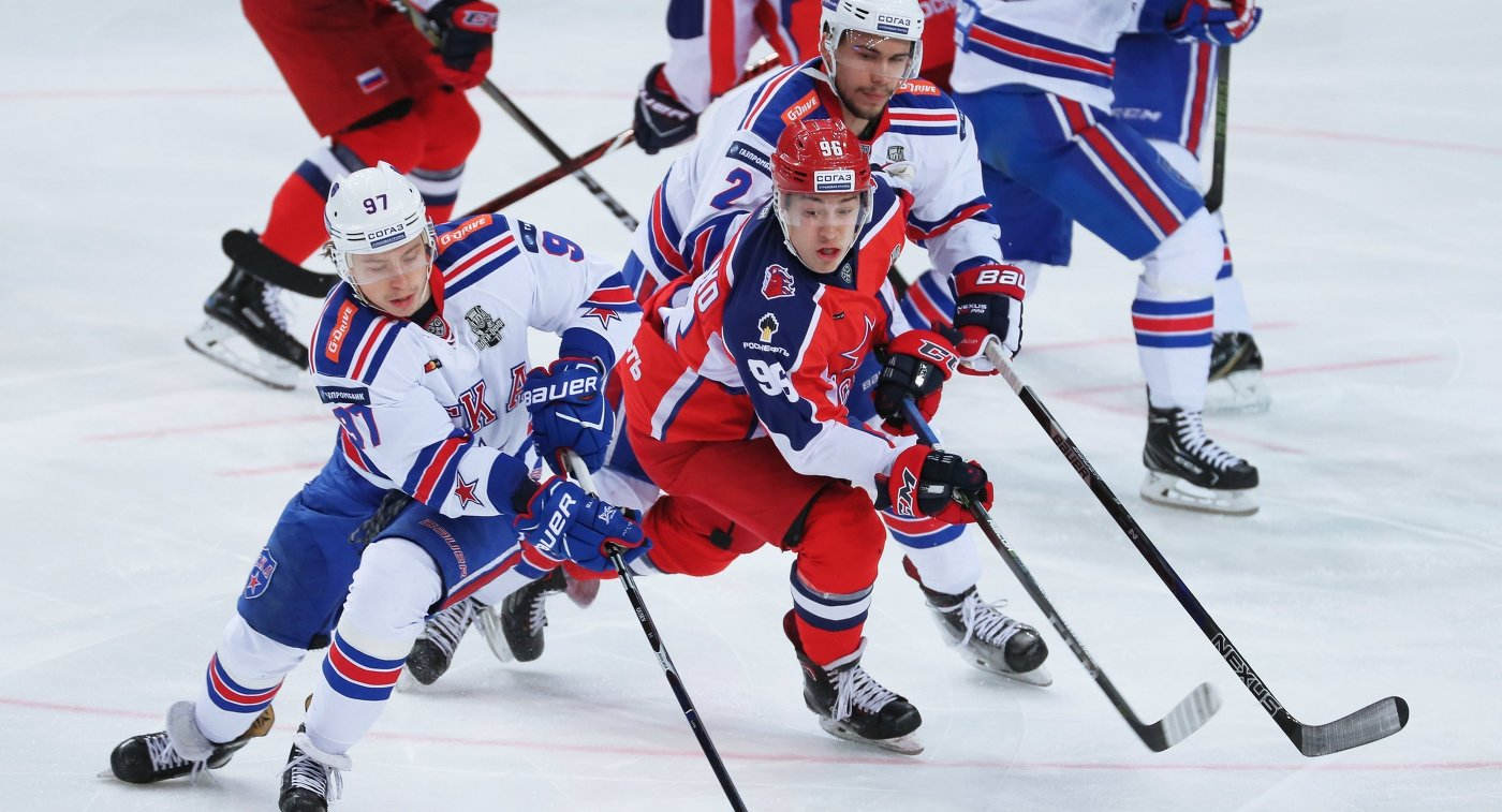 Форвард СКА Никита Гусев, нападающий  ЦСКА Андрей Кузьменко и защитник СКА Артём Зуб (слева направо)