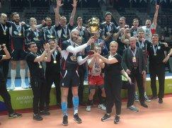 Волейболисты Белогорья во главе с Сергеем Тетюхиным с трофеем за победу в Кубке CEV