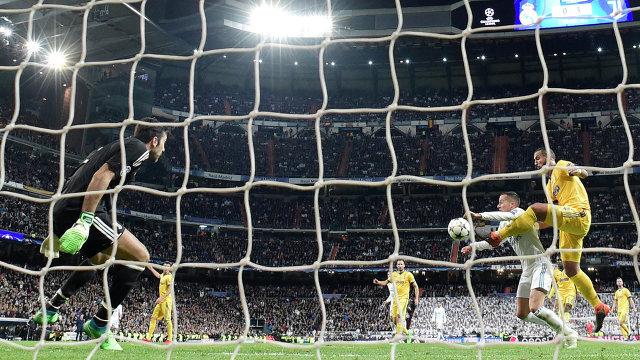 Фол защитника Ювентуса Мехди Бенатия (справа) на хавбеке Реала Лукасе Васкесе