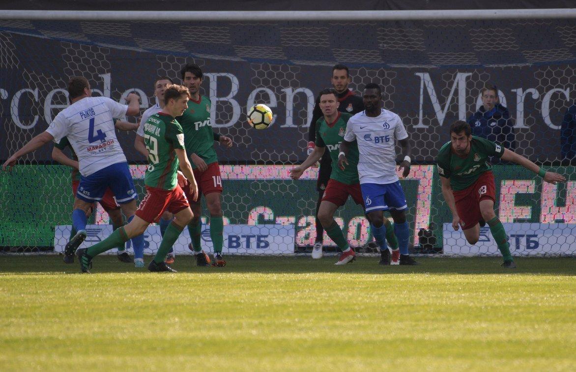 Игровой момент в матче 26-го тура РФПЛ Динамо - Локомотив