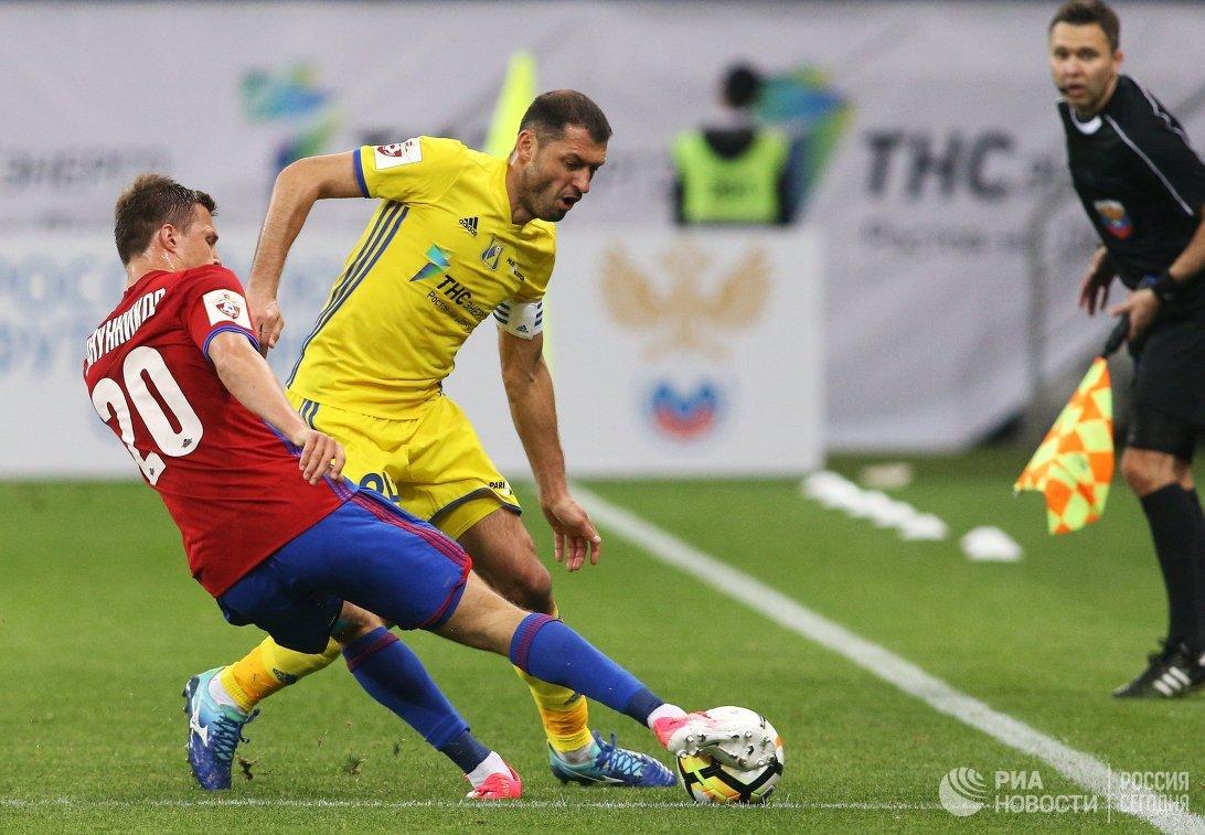 Нападающий ФК СКА-Хабаровск Максим Канунников (слева) и хавбек ФК Ростов Александр Гацкан