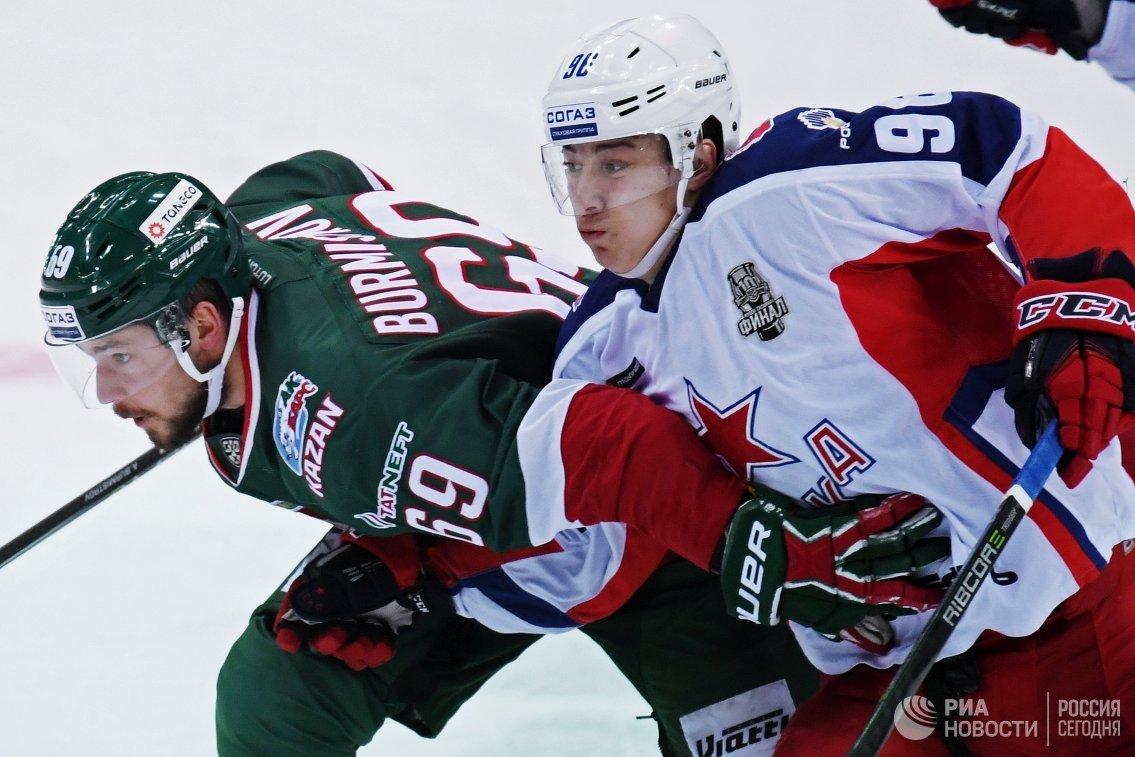 Нападающие ХК Ак Барс Александр Бурмистров (слева) и ЦСКА Андрей Кузьменко