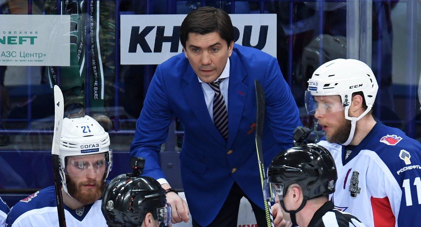 Главный тренер ЦСКА Игорь Никитин (в центре)