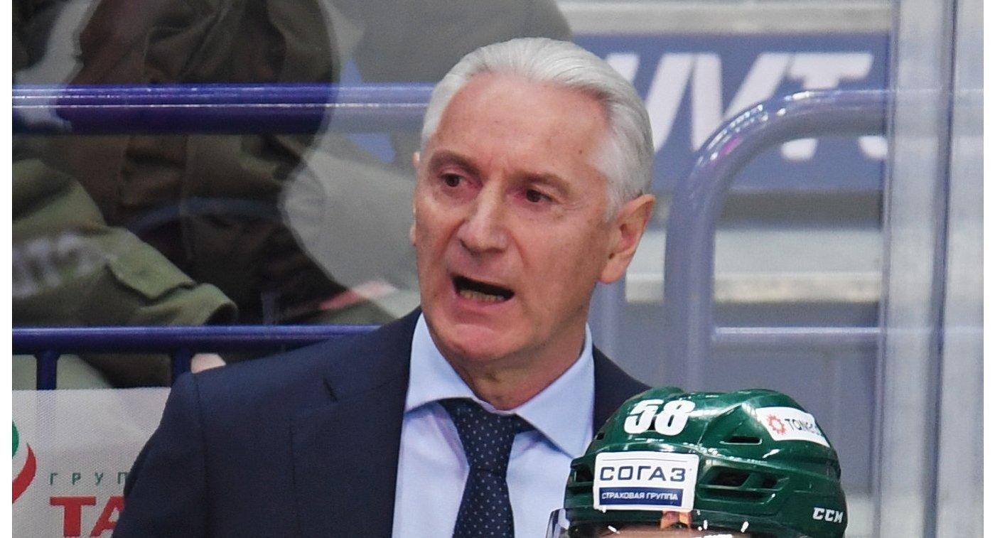 Главный тренер ХК Ак Барс Зинэтула Билялетдинов (слева)