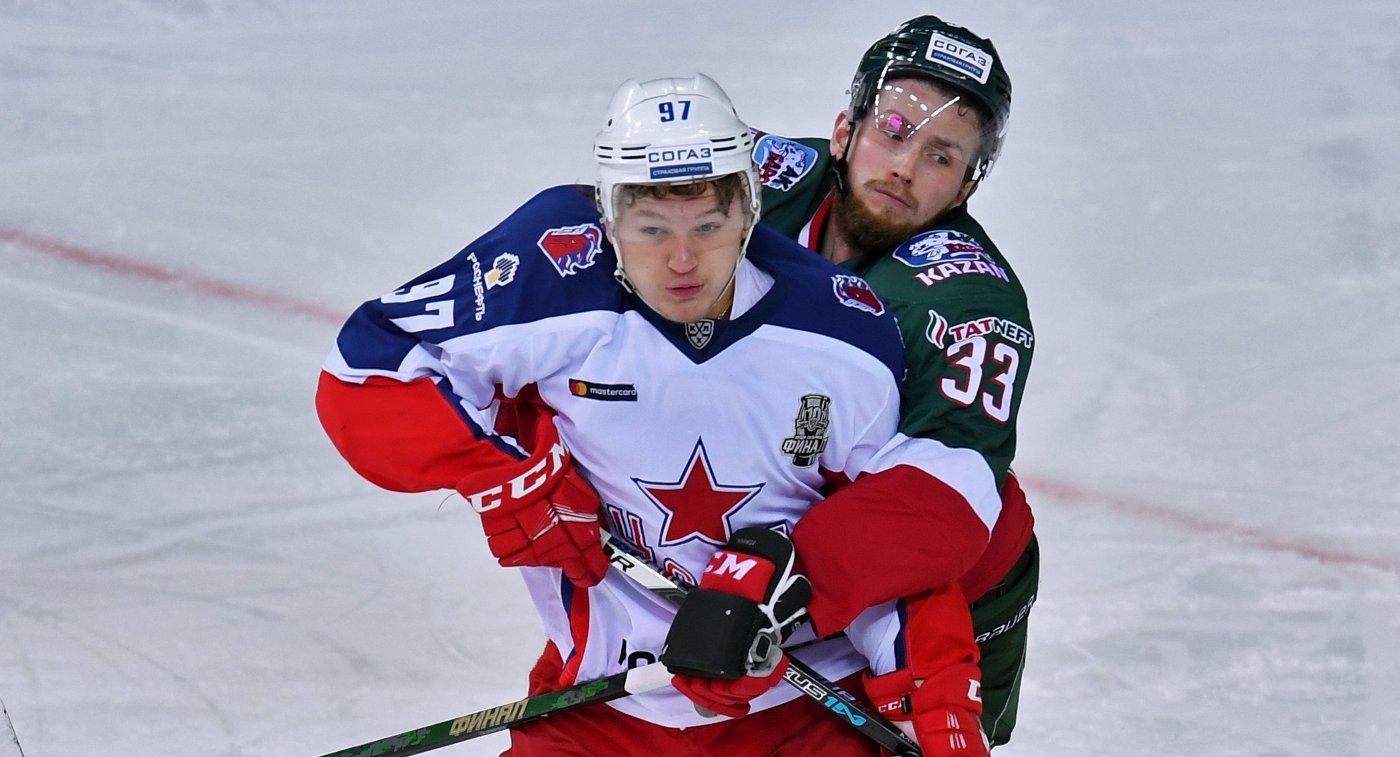 Нападающий ЦСКА Кирилл Капризов и защитник ХК Ак Барс Альберт Яруллин (справа)
