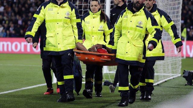 Медики уносят с поля футболиста Монако Джибриля Сидибе