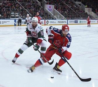Нападающий ХК Ак Барс Алексей Потапов (слева) и защитник ПХК ЦСКА Никита Нестеров