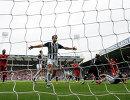Футболисты Вест Бромвича радуются забитому мячу в ворота Ливерпуля