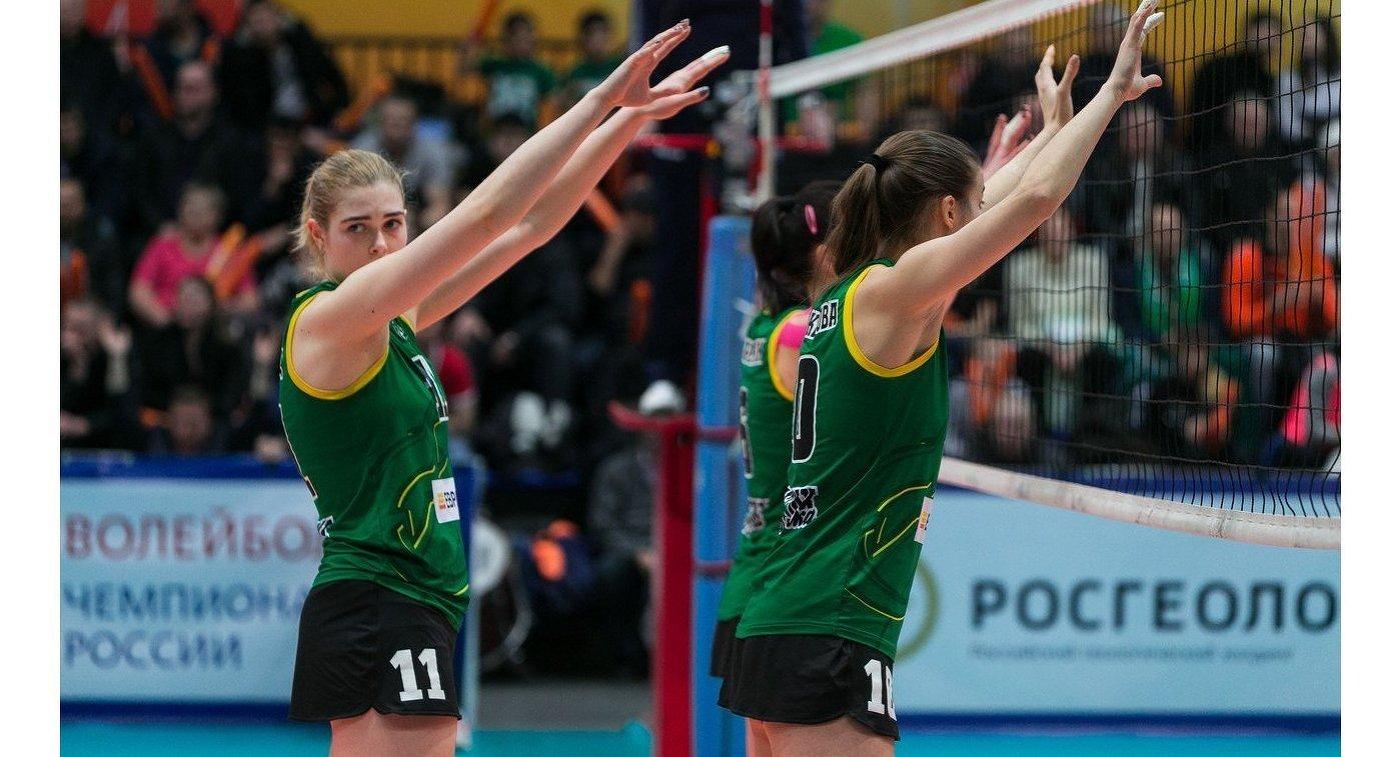 Волейболистка Уралочки-НТМК Анна Климец (слева)