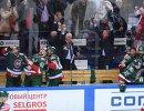 Хоккеисты Ак Барса радуются победе вместе с главным тренером команды Зинэтулой Билялетдиновым (в центре)